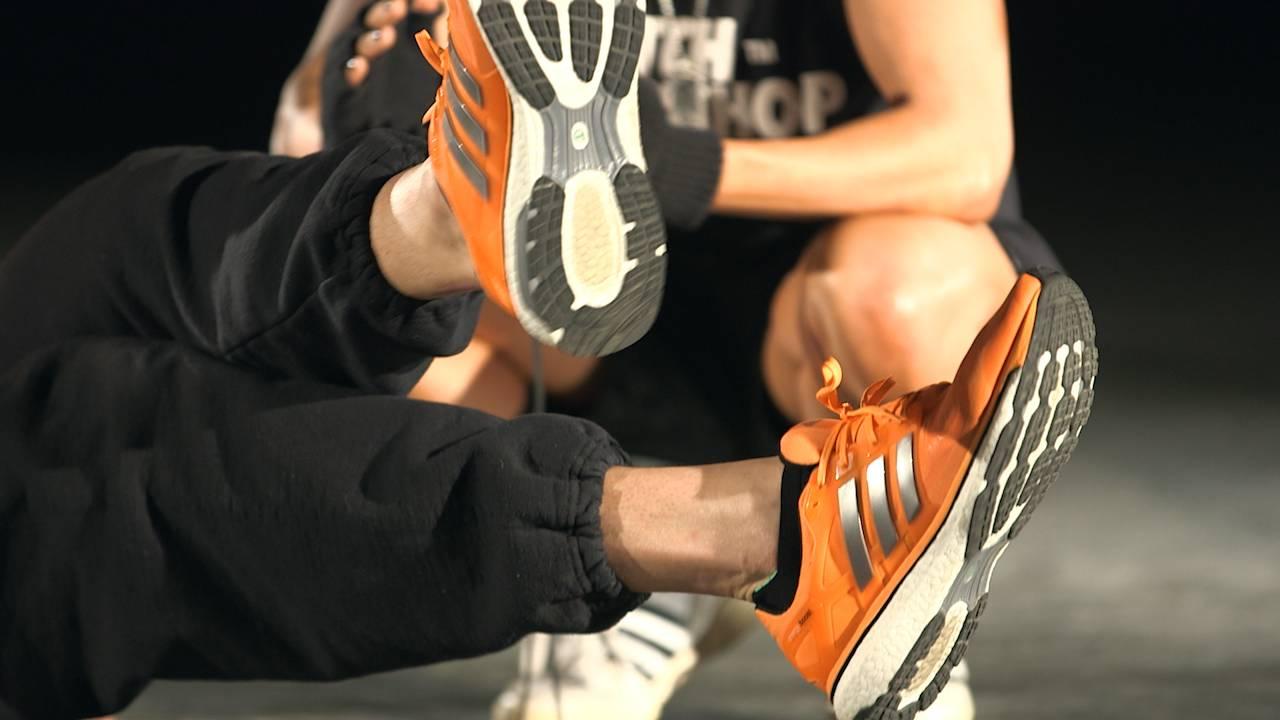 Seated Scissor Kick image