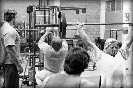 Arnold With Dave Draper, Mike Katz & Franco Columbo.