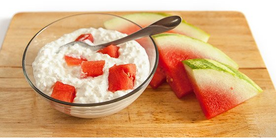3 healthy between meal snack recipes instead it gives you a few carbohydrates from the watermelon and some very slow digesting protein from the cottage cheese to keep you going until dinner sisterspd