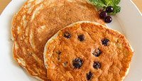 BERRIES AND CREME PROTEIN PANCAKES