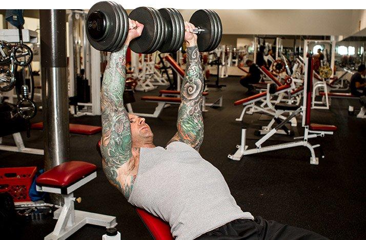 Starke Arme sind nicht nur ein Symbol für Männlichkeit, sondern auch der sichtbarste Teil des Körpers.