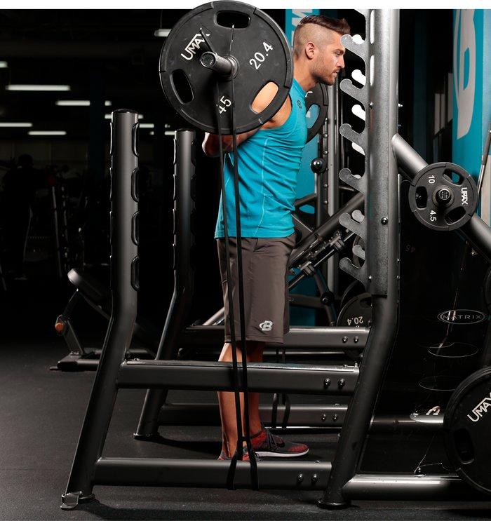 Ví dụ: Để tăng squat, thêm các dải vào mỗi đầu của thanh tạ, được khóa ở dưới cùng của lồng bằng các chốt băng hoặc được thắt vào một nút. Đây là cách nó hoạt động: