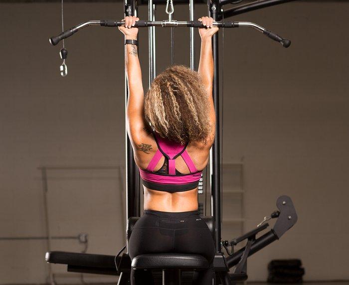 Primero, no hay mejor manera de desarrollar una fuerza mixta específica de agarre que entrenar de esa manera sin correas.