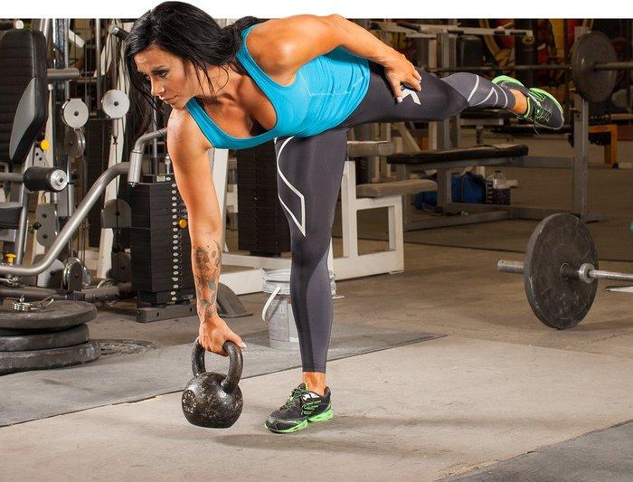 El equilibrio se trata de un entrenamiento unilateral.  Los ejercicios como el peso muerto con un pie no solo aíslan los isquiotibiales, los glúteos y la espalda baja, sino que para realizarlos necesitas encontrar el equilibrio en un pie durante el movimiento.