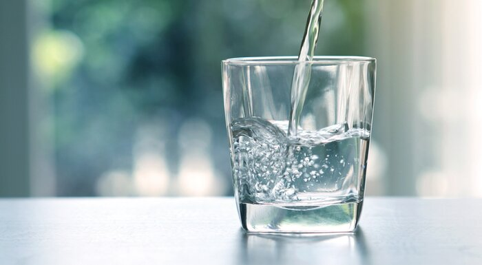 Se vierte agua en un vaso