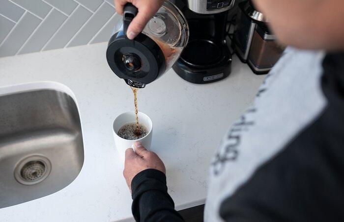 Verter una taza de café.