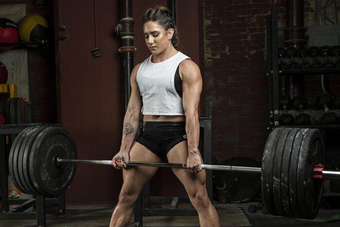 Stefi Cohen realizando peso muerto pesado.