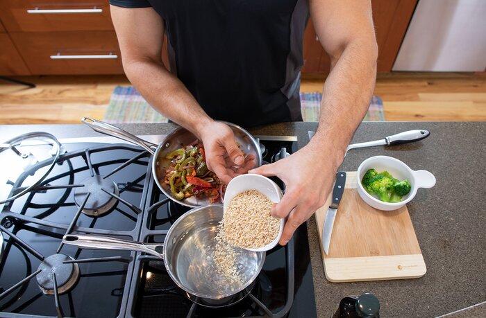Cocinar una comida saludable.