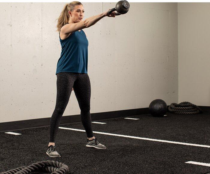Columpio con pesas rusas de un solo brazo, ejercicio de crossfit