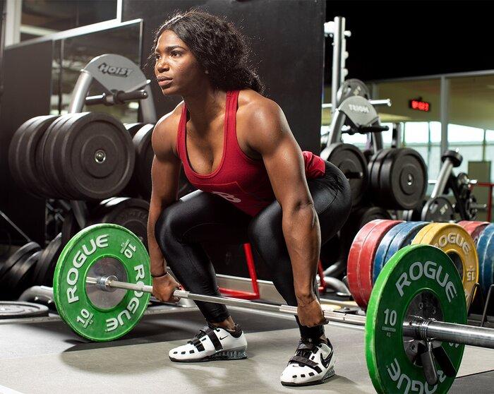 La levantadora olímpica Quiana Welch se prepara para el peso muerto
